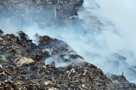landfill site: fuoco e del fumo in una discarica