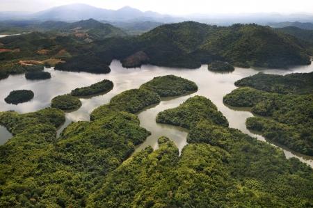 雨の森山と湖、クダ州マレーシア - arial ビュー