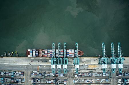 コンテナー船の港で荷