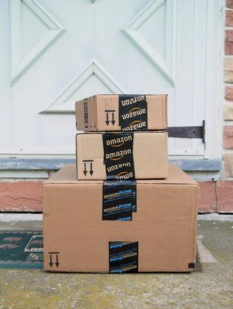 Amazon-Pakete auf einer Fronttür Schritt