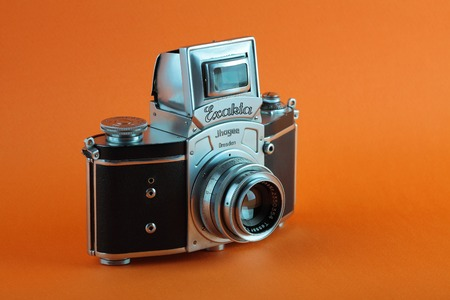MOSCOW, RUSSIA, JUNE 01, 2018. The old German 35 mm SLR camera Kine Exakta with Carl Zeiss lens Tessar 2,8/50, released 1938, on a orange background. Redakční