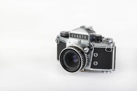 L'ancien appareil photo argentique SLR 35 mm allemand Exakta VX 1000 sorti en 1967, avec objectif Carl Zeiss Tessar 2,8 objectif 50 mm sur fond blanc. Le dernier de la vraie caméra Exakta. Éditoriale