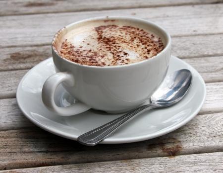 chocolate caliente: Taza de Cappuccino en mesa de madera tablilla de chocolate Foto de archivo