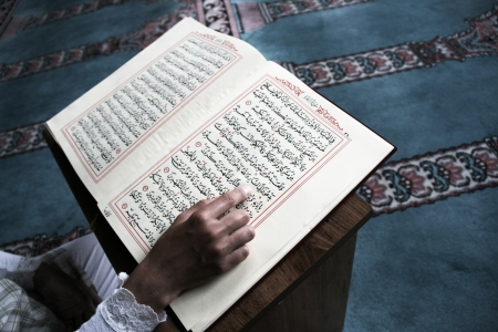 Student studying Islam in Mosque Stockfoto