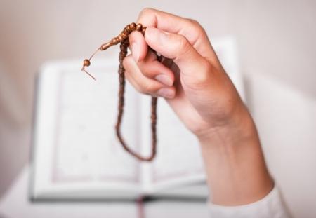 イスラム教徒の少女モスクで祈る数珠 写真素材
