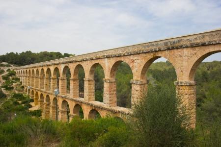 arcos de piedra: Hermosa vista del acueducto romano Pont del Diable, en Tarragona