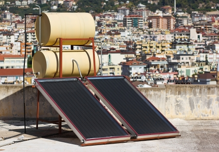 Zonne water verwarmingssysteem op het dak Stockfoto