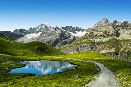 Las vistas increíbles de camino turístico cerca del Matterhorn, en los Alpes suizos