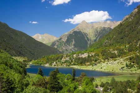 カタルーニャ州の Aiguestortes 国立公園の湖 Llebreta のパノラマ ビュー