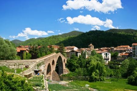 Postkaart uitzicht van kleine stad in Catalonië - Sant Joan De Les Abadesses Stockfoto