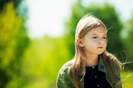 Droevig eenzaam meisje verblijft in het bos en haar waait in de wind