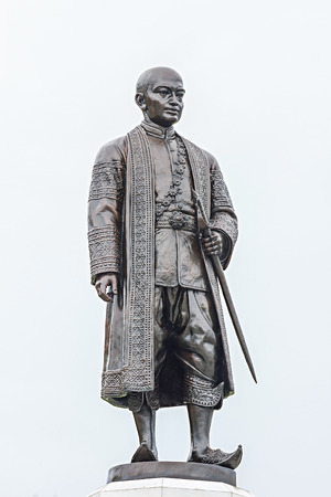 Statue of King Rama II near Wat Arun, Bangkok Banque d'images