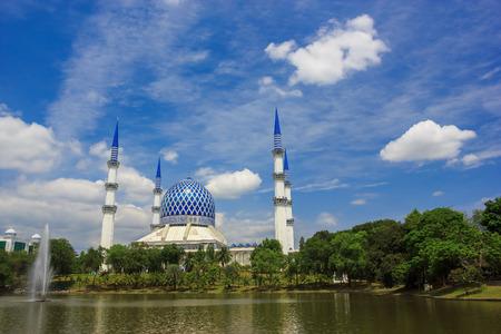 shah: Masjid Sultan Salahuddin Abdul Aziz Shah - The  Blue Mosque   Biggest Mosque in Southeast Asia, Shah Alam Stock Photo