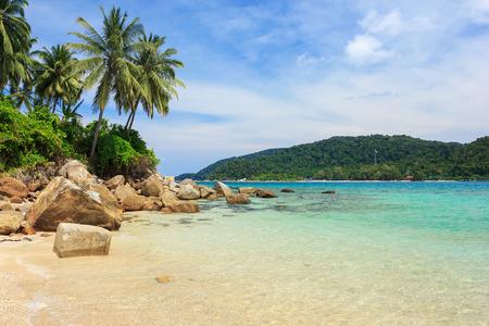Serene uitzicht op het tropische zandstrand met kokospalmen, Perhentian Kecil Island Stockfoto - 25930262