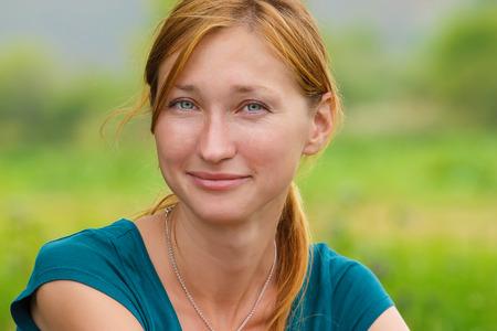 カメラを見て若い笑顔の女性