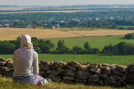 Jonge moslimvrouw bidden buiten