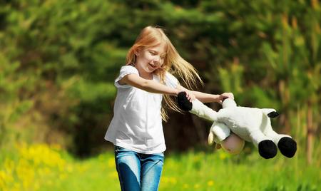 niños bailando: Linda niña jugando en el parque