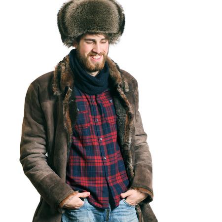 modelos hombres: Feliz el hombre barbudo hermoso joven en la chaqueta, aislado en un fondo blanco