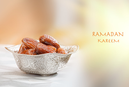frutas tropicales: Hermoso cuenco lleno de frutas fecha que simboliza el Ramadán