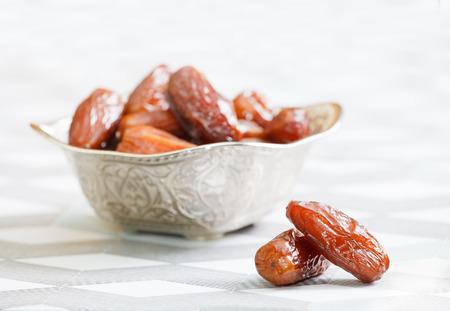 라마단을 상징하는 날짜 과일의 전체 아름다운 그릇 스톡 콘텐츠