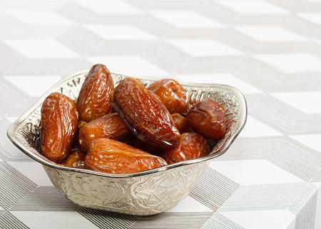 frutas deshidratadas: Hermoso cuenco lleno de frutas fecha que simboliza el Ramad�n