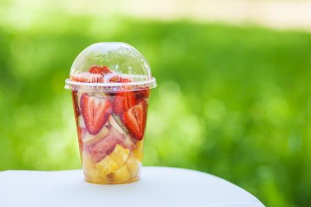 ensalada de frutas: ?? En rodajas frutas dispuestas en vaso de plástico