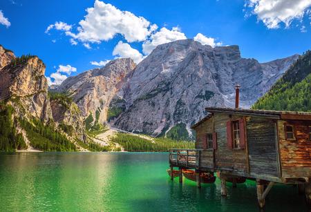 イタリア北部の驚くほどの Braies 湖 (ブラーイエス, Pragser Wildsee) のビュー。