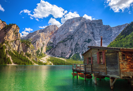 Amazing view of Braies Lake (Lago Di Braies, Pragser Wildsee) in Northern Italy. Standard-Bild