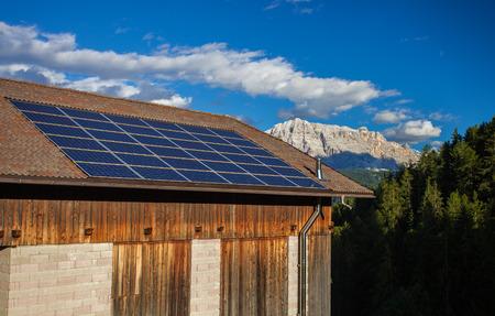 Groot zonnepaneel op het dak van huis in de bergen van Italië Stockfoto