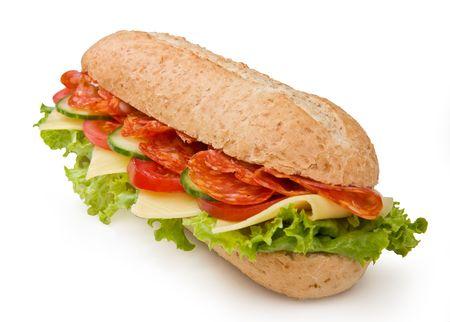 salame: Multi-grano salame calabrese panino con lattuga, pomodori e cetrioli  Archivio Fotografico