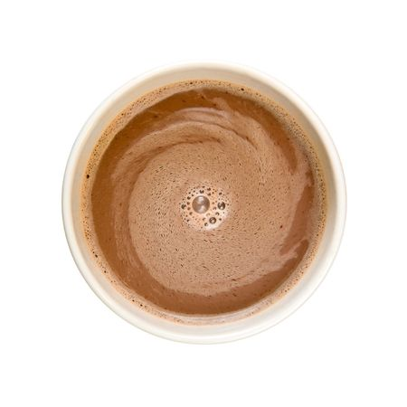 frothy: Agitazione spumoso di cacao con il latte caldo in una tazza di bianco su sfondo bianco