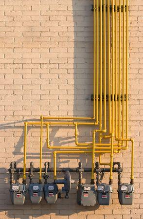 metro medir: Laberinto de tubos y de gas natural. Concepto de energ�a para aumentar la utilidad o los costos, evironmental preocupaciones o ventajas de los m�todos alternativos de calefacci�n.  Foto de archivo