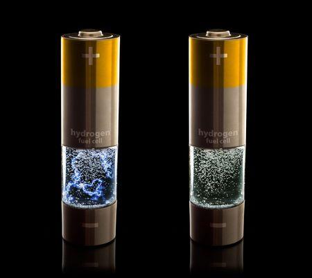 hidrogeno: Concepto para un hogar de hidr�geno pilas de combustible. Pilas AA con compartimento lleno de agua burbujeante. Las versiones con y sin una descarga el�ctrica en el agua  Foto de archivo