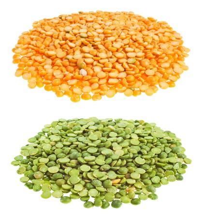 legumbres secas: Amarillo y verde seco guisantes partidos en el fondo blanco