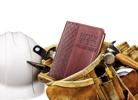 work tools: Biblia y Carpinteros Cintur�n de herramientas con casco blanco en el fondo blanco