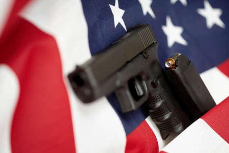 pistolas: Armado Estados Unidos de Am�rica arma y EE.UU. bandera enfoque selectivo portarretrato