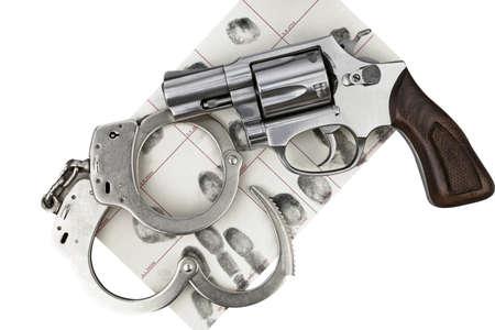 incartade: Gun avec des menottes et des empreintes digitales ID d'arrestation criminelle