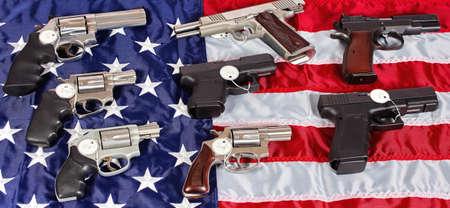 pistolas: Pistolas y armas de fuego de revólver surtidos para la venta en América del pabellón EE.UU. Foto de archivo