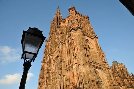 lamp post: Cattedrale di Strasburgo con lampada posta e cielo