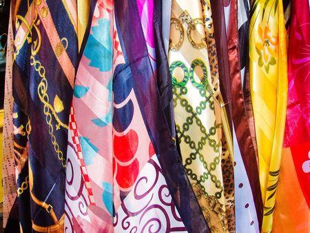 bufandas: Variedad de pa�uelos multicolores colgando en Par�s Francia
