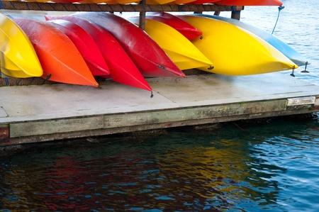 Kayaks de colores sobre Hood Canal muelle