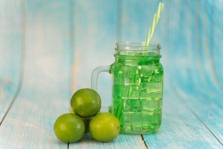 Lemonade summer cold drink with wooden background Banque d'images