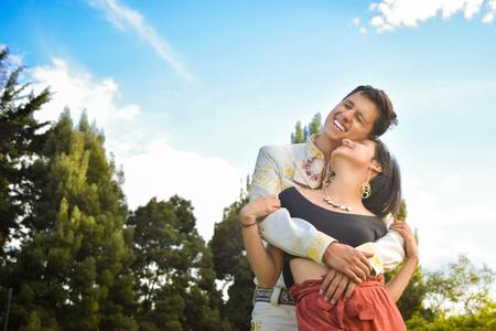 Pareja de novios abrazados dulcemente durante el atardecer Stok Fotoğraf