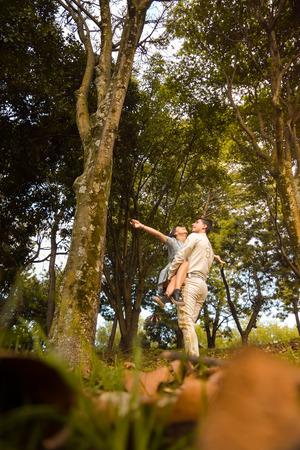 Pareja de enamorados bailan en mitad de un bosque al atardecer Imagens
