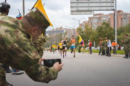 Bogota, Colombia. (May 06, 2018). Militaries photograph the runners of the Carrera Matamoros as they pass through the streets of Bogota 新聞圖片