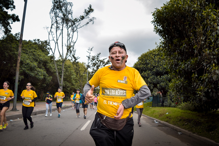 Bogota Colombia. (May 06, 2018). Veteran of war with disability in his arm, is running during the Race for the Heroes in support of the recovery of heroes have given everything for Colombia. Foto de archivo - 121982073
