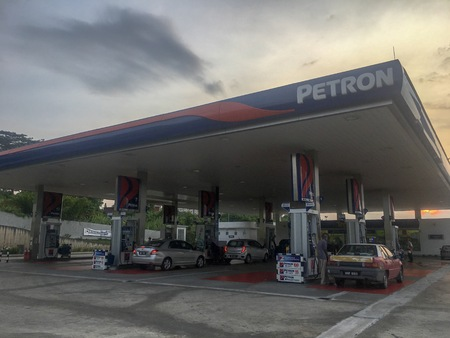 Kepong, Malaysia - April 20, 2019: Petron petrol station near MRR2 highway at Kepong. Petron is one of the leading Oil and Gas company in Malaysia. Early morning. Gas Station. Redakční