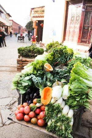 carretilla de mano: Vegetal en la carretilla de mano, mercado local en China