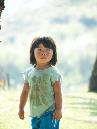 arme kinder: Petchaboon, THAILAND-Januar 2010: Kinder spielten fr�hlich in einem Kindergarten der Schule in den Bergen bei Petchaboon Provinz. Editorial