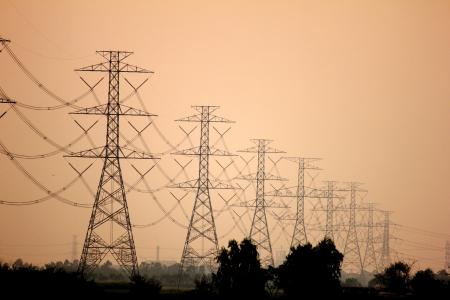 elektriciteit: Hoogspanningsmasten en lijnen bij zonsondergang de buurt van Bangkok, Thailand